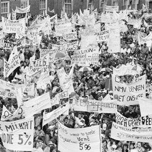Demonstanten Binnenhof, 15 maart 1989