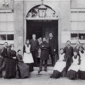 Jacob van Deventer (midden) en Anna Reynvaan (tweede van links)