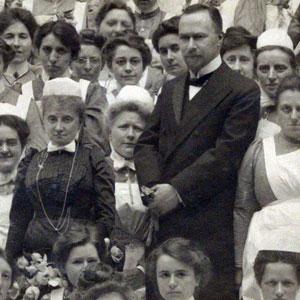 Marie Debrus (in het zwart) naast geneesheer-directeur J.E. Stumpff